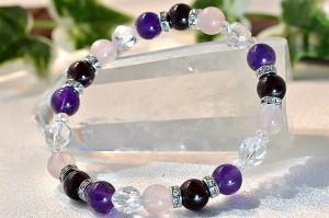 ガーネット・アメジスト・ローズクォーツ・スターカット水晶にキラキラ光るオシャレなメタルパーツを組合わせたブレスレット