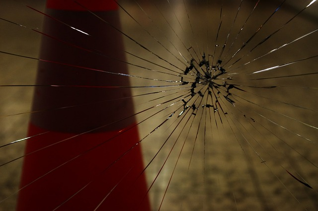 ヒビ割れたガラス