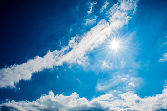大自然を感じる太陽と雲のコラボレーション